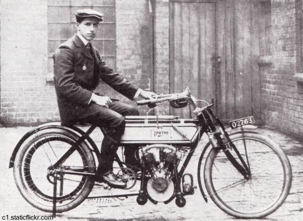 Foto-de-Rem-Fowler-y-la-motocicleta-Norton-del-año-1907
